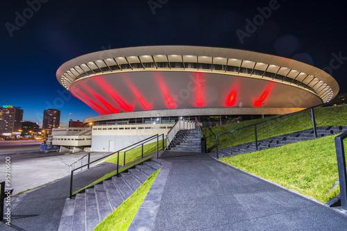 Obraz Nocny widok Międzynarodowego Centrum Konferencyjnego w Katowicach na Śląsku - fototapety do salonu