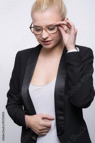Fotografía  Junge Frau testet ihre neue Brille