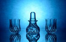 Vasos Y Tapon De Cristal Sobre Mesa De Cristal Y Fondo Retroiluminado