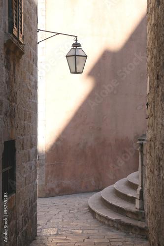stara-ulica-z-lampa-i-schodkami-w-dubrovnik-chorwacja-dubrownik-jest-znanym-miejscem-turystycznym-i-wpisanym-na-liste-swiatowego-dziedzictwa-unesco-naturalne-swiatlo-i-ciekawe