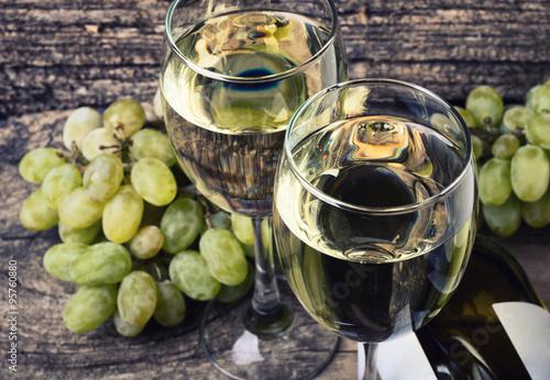 dwa-pelne-kieliszki-bialego-wina
