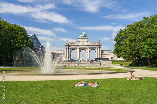 Foto op Canvas Brussel Hot summer in Brussels park of Cinquantenaire with unidentified people enjoying the sun. This monument has been raised to celebrate Belgium's independence