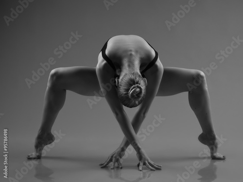 Foto  Modern ballet dancer posing on dark background