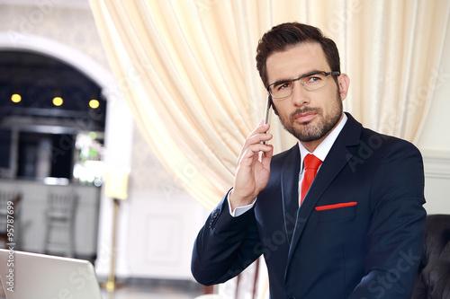 Fotografía  Biznesmen podczas rozmowy telefonicznej.