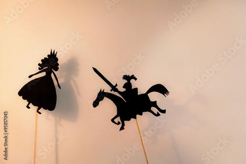 Fotografía Sombras chinescas de Princesa y Caballero y sus sombras sobre la pantalla brillante brillante del teatro de sombras