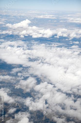 niebo-i-chmury-patrzac-z-samolotu