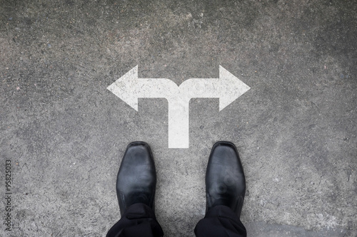 Photo Black shoes standing at the crossroad