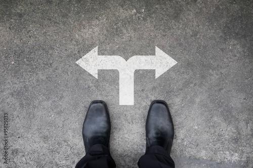 Fototapeta Černé boty stojící na křižovatce