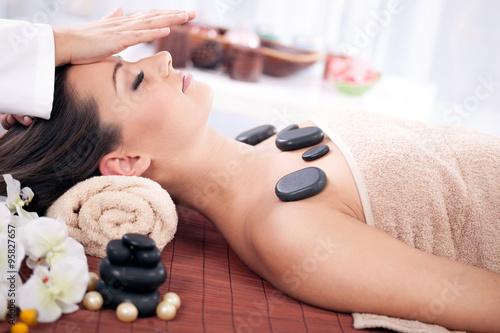 Fotografia Beautiful woman having a wellness head massage at spa salon