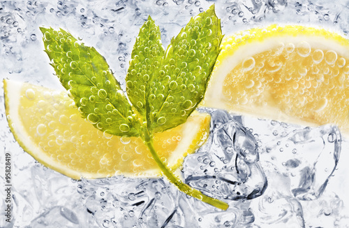 Fotografía  Soda with lemon and mint