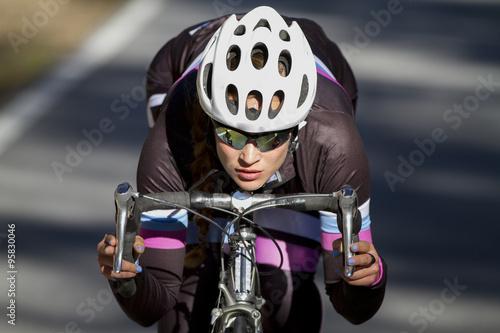 Photo  Ciclista profesional descendiendo en bicicleta