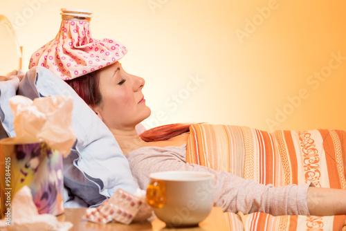 Fotografia  Ragazza febbricitante riposa a letto dopo aver assunto medicinali