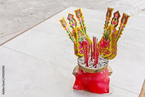 Fotografía  The censer with oblation and joss stick - thailand
