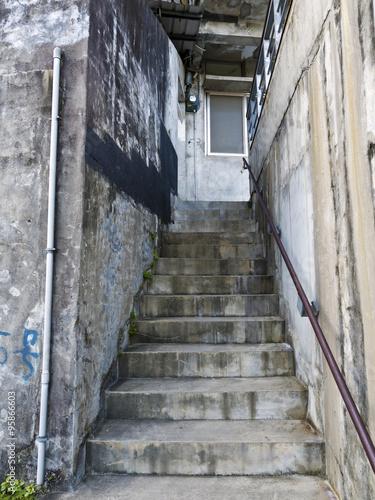 Plakat wąskie schody do domu