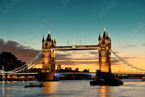 dwie-wieze-mostu-zwodzonego-tower-bridge-podczas-zachodu-slonca