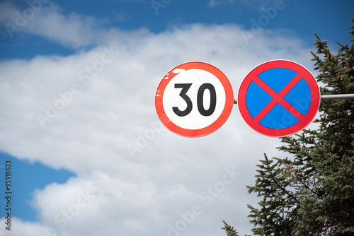 Foto  speed limit road sign in Shangrila, China
