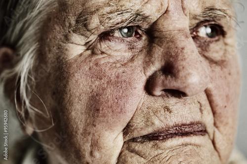 Photo Porträt einer ernst blickenden Seniorin, 85 Jahre alt