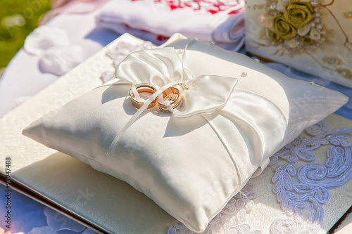 Photo gold wedding rings on the pincushion