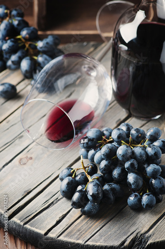 Fotografia  Fresh grape and red wine on the vintage table