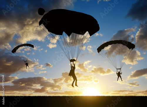 In de dag Luchtsport Silhouette skydiver parachutist landing at sunset