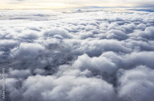niebo-i-chmura-widok-z-gory-z-okna-samolotu