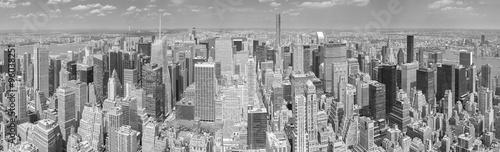 czarno-biale-zdjecie-panoramiczne-manhattanu-w-nowym-jorku