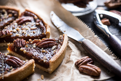 Photo  slicing pecan pie, on wooden table