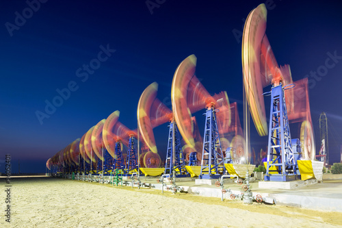Poster Geel working oil-rig of oilfield day and night
