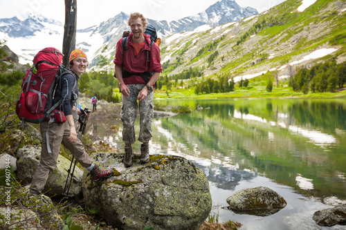Photo Young people are hiking in highlands of Altai mountains, Russia