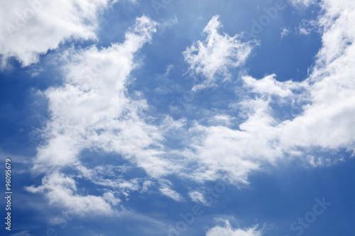 niebo-z-bialym-puszystym-tle-chmury