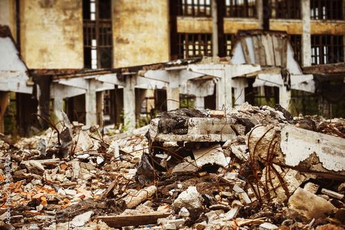 Fotografía  Una imagen de cerca de un vertedero de basura en el fondo edificio en ruinas