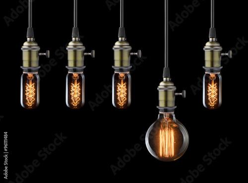 Papiers peints Retro Idea concept. Vintage light bulbs on black