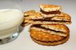Keks mit Schokofüllung und einem Glas Milch