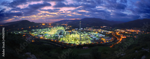 La pose en embrasure Bat. Industriel panorama of industrial factory at night