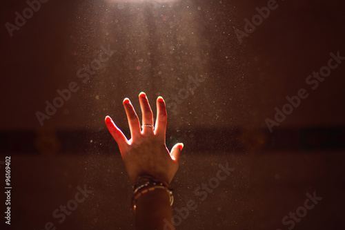Fotografía  Woman hand into the light