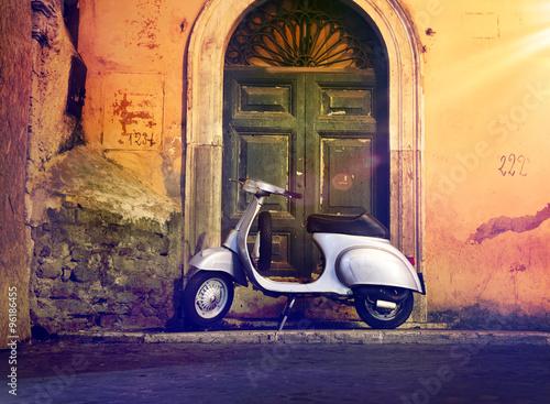 In de dag Scooter Motorroller Roller nachts vor Haustür Italien – Italian Scooter in a front of a door