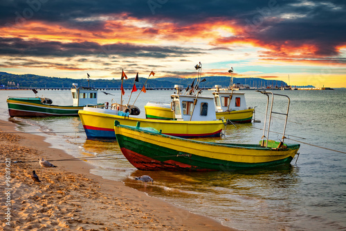 Fotografia  Picturesque landscape of a sunset with a boats on beach in Sopot, Poland