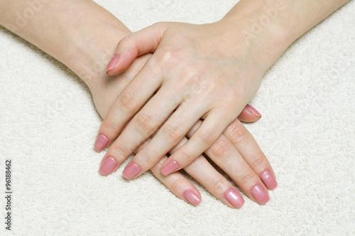 Photographie  Les mains de la femme avec une manucure fraîche et élégante