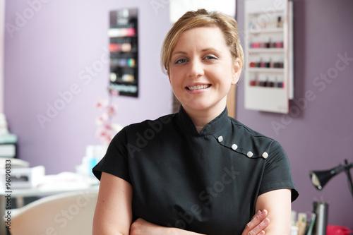 Photo  Portrait Of Beautician In Salon