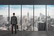 Mann steht vor Fenster / Aussicht NEW YORK