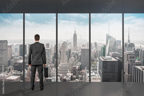 Fotografie, Obraz  Mann steht vor Fenster / Aussicht NEW YORK