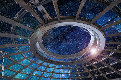 Fotografía glass dome of astronomical observatory under a starry sky