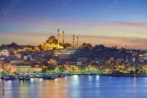 Montage in der Fensternische Mittlerer Osten Istanbul. Image of Istanbul with Suleymaniye Mosque during sunset.