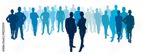 Geschäftsmann und Geschäftsfrau vor Business Team