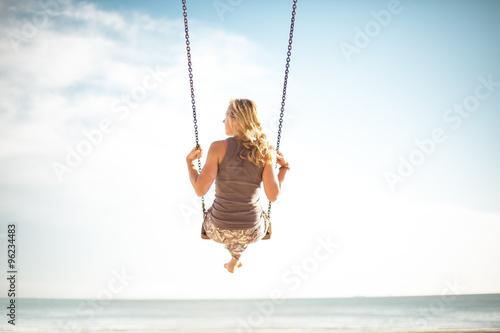 Junge Frau Schaukel am Meer im Urlaub 10
