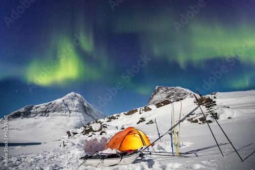 Door stickers Pole Zelt unter Nordlichtern in Lappland zur Winterzeit