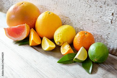 Fotografie, Obraz  Südfrüchte/Zitrusfrüchte auf Holz mit Copy space