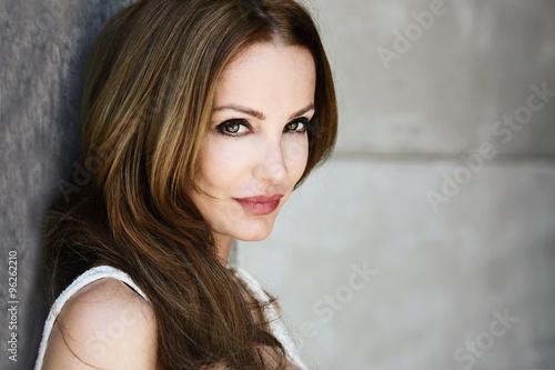 Fotografija  portrait vintage jolie femme brune cheveux longs