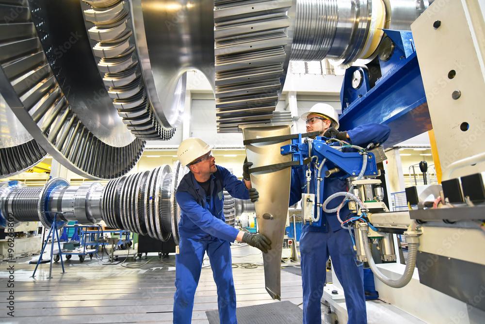 Techniker im Maschinenbau montieren Eine Gasturbine für ...