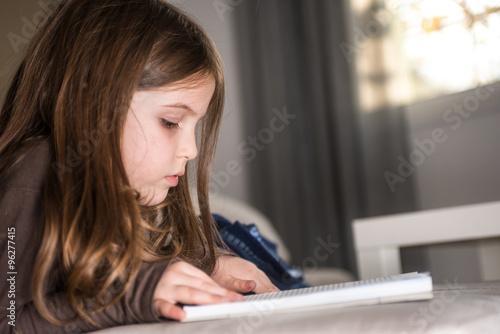 Cuadros en Lienzo Early education - little girl reading a book